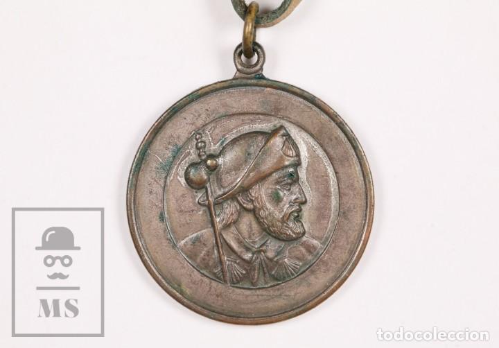 MEDALLA RELIGIOSA SANTIAGO DE COMPOSTELA. AÑO SANTO 1965, CAMINO DE SANTIAGO - CORDEL DE CUERO (Antigüedades - Religiosas - Medallas Antiguas)