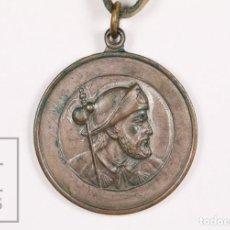Antigüedades: MEDALLA RELIGIOSA SANTIAGO DE COMPOSTELA. AÑO SANTO 1965, CAMINO DE SANTIAGO - CORDEL DE CUERO. Lote 156489002