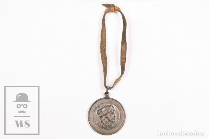 Antigüedades: Medalla Religiosa Santiago de Compostela. Año Santo 1965, Camino de Santiago - Cordel de Cuero - Foto 2 - 156489002