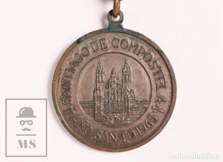 Antigüedades: Medalla Religiosa Santiago de Compostela. Año Santo 1965, Camino de Santiago - Cordel de Cuero - Foto 4 - 156489002