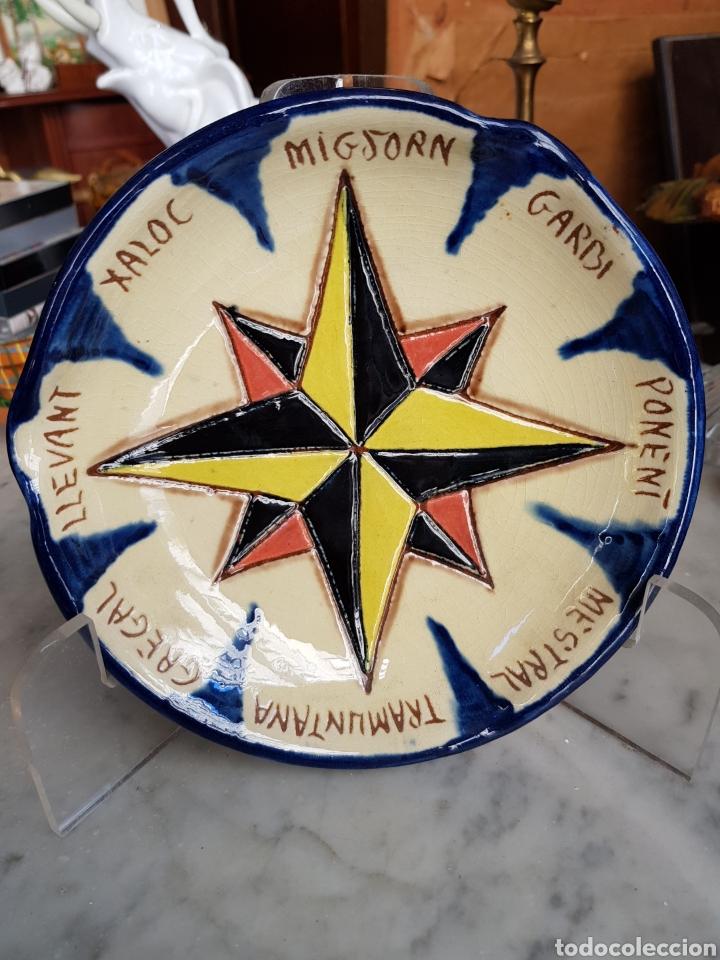 PRECIOSO PLATO CENICERO DECORACION ROSA DE LOS VIENTOS CERAMICA LA BISBAL FIRMA ¿ DIAZ COSTA ? (Antigüedades - Porcelanas y Cerámicas - La Bisbal)