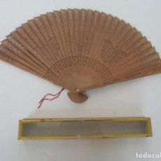 Antigüedades: ABANICO DE MADERA CALADA - DECORADA CON MARIPOSAS - CAJA ORIGINAL. Lote 156521386