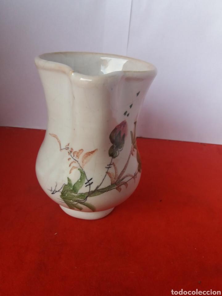 ANTIGUA JARRA DECORADA CON FLORES LARIO (Antigüedades - Porcelanas y Cerámicas - Lario)