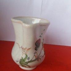 Antigüedades: ANTIGUA JARRA DECORADA CON FLORES LARIOS. Lote 156534953