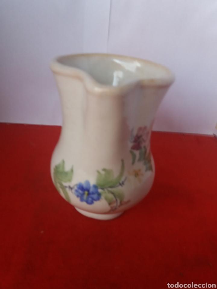 BONITA JARRA DECORADA CON FLORES LARIO (Antigüedades - Porcelanas y Cerámicas - Lario)