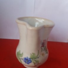 Antigüedades: BONITA JARRA DECORADA CON FLORES LARIOS. Lote 156536534