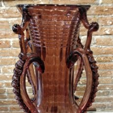 Antigüedades: JARRÓN FLORERO DE CRISTAL SOPLADO COLOR GRANATE . 39CM. Lote 156538620