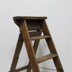 Antigüedades: PRECIOSA ESCALERA DE FARMACIA EN MADERA DE PRINCIPIOS DEL XX.. Lote 156544750