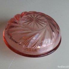 Antigüedades: BOMBONERA CRISTAL ROSADO TALLADO. Lote 156613814
