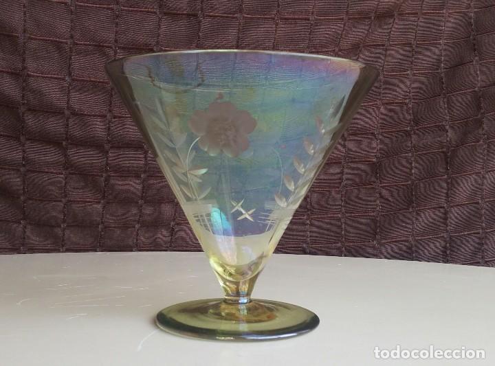 GRAN COPA DECORATIVA CON TALLADOS Y TONOS IRISADOS (Antigüedades - Cristal y Vidrio - Catalán)