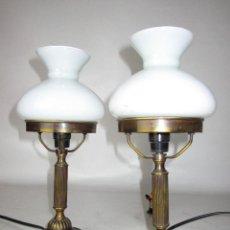 Antigüedades: PAREJA DE LAMPARAS ANTIGUAS TIPO QUINQUE EN OPALINA Y BRONCE. Lote 156661358
