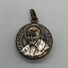 Antigüedades: MEDALLA RELICARIO ANTIGUO FRANCÉS EN BRONCE CON ACABADO EN PLATA DE SAN VICENTE DE PAUL .. Lote 156703250