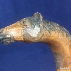 Antigüedades: BASTON TALLADO OJOS VIDRIO CABALLO TEÑIDA PINTADA MADERA AÑOS 70 80 91X12C. Lote 156725894