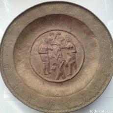 Antigüedades: PLATO PETITORIO EN BRONCE REPRESENTANDO ADÁN Y EVA CINCELADO A MANO. Lote 156807749