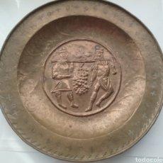 Antigüedades: PLATO PETITORIO ANTIGUO EN BRONCE CINCELADO A MANO.. Lote 156809745