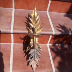 Antigüedades: ANTIGUO APLIQUE DE FORJA, CON HOJAS. LAMPARA DE PARED DE METAL DORADA. Lote 156821238