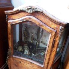 Antigüedades: ANTIGUA VITRINA ESTILO ISABELINO DECORACIÓN EN BRONCE. Lote 156821782