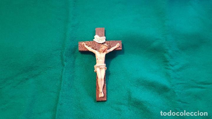CRUCIFIJO MADERA Y CRISTO EN RESINA (Antigüedades - Religiosas - Crucifijos Antiguos)