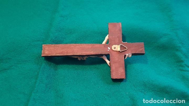 Antigüedades: CRUCIFIJO MADERA Y CRISTO EN RESINA - Foto 4 - 156879554