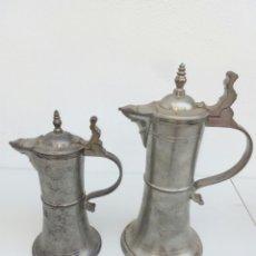 Antigüedades: PAR DE JARRAS DE CERVEZA EN ESTAÑO ALEMANAS, UNA CON INSCRIPCIÓN. MARCA EN BASE. Lote 156882154