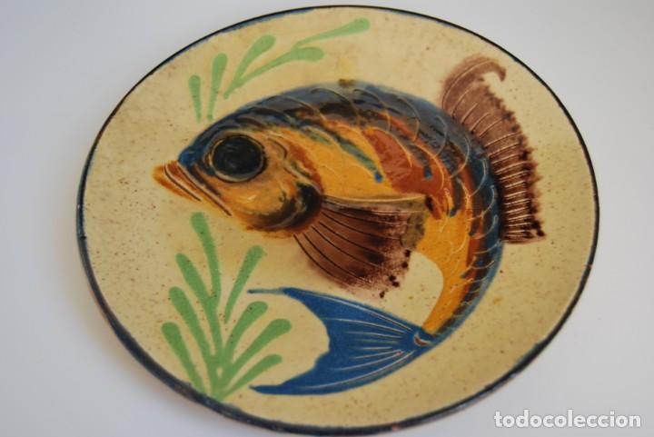 PLATO DE CERÁMICA DE LA BISBAL - PEZ (Antigüedades - Porcelanas y Cerámicas - La Bisbal)