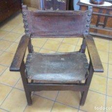 Antigüedades: ANTIGUO SILLÓN FRAILERO - MADERA DE NOGAL - TAPICERÍA DE CUERO Y TACHUELAS ORIGINALES - S. XVII. Lote 156962010
