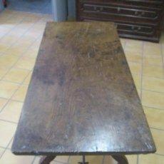 Antigüedades: CURIOSA MESA CATALANA - PATA DE LIRA - MADERA DE OLMO - FIADORES DE HIERRO - S. XVIII. Lote 156963430
