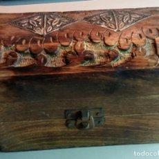 Antigüedades: ELEGANTE Y ANTIGUO BAÚL JOYERO INDIO DE PIEDRA TALLADA CON DIBUJOS EN RELIEVE.. Lote 156966378