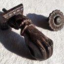 Antigüedades: LLAMADOR DE PUERTA DE METAL. . Lote 156991766