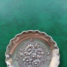 Antigüedades: BANDEJITA DE PLATA. MOTIVOS FLORALES.. Lote 156997462