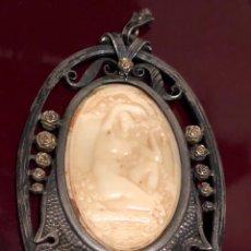 Antigüedades: IMPORTANTE COLGANTE-MEDALLON MODERNISTA, EN PLATA, FINAS LÁMINAS DE ORO EN FORMA DE FLOR, Y MARFIL. Lote 156997666