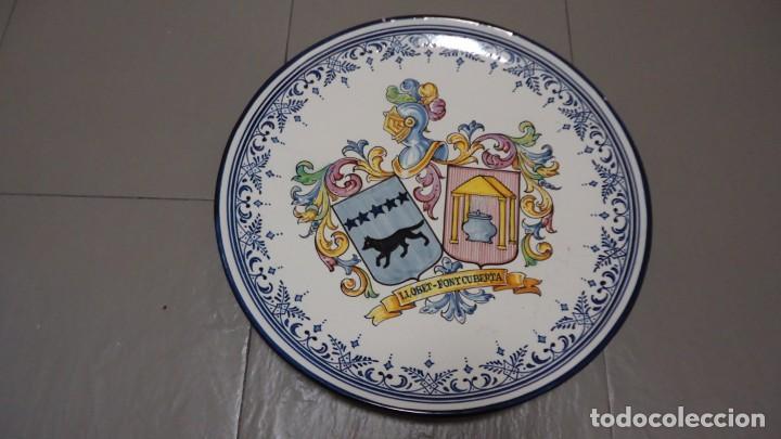 GRAN PLATO DE CERMICA --LLOBET -FONTCUBERTA --BLASON C.GARRIDO --TALAVERA - MIDE 38 CENTIMETROS (Antigüedades - Porcelanas y Cerámicas - Talavera)
