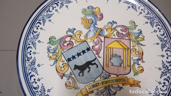 Antigüedades: GRAN PLATO DE CERMICA --LLOBET -FONTCUBERTA --BLASON C.GARRIDO --TALAVERA - MIDE 38 CENTIMETROS - Foto 3 - 157013478