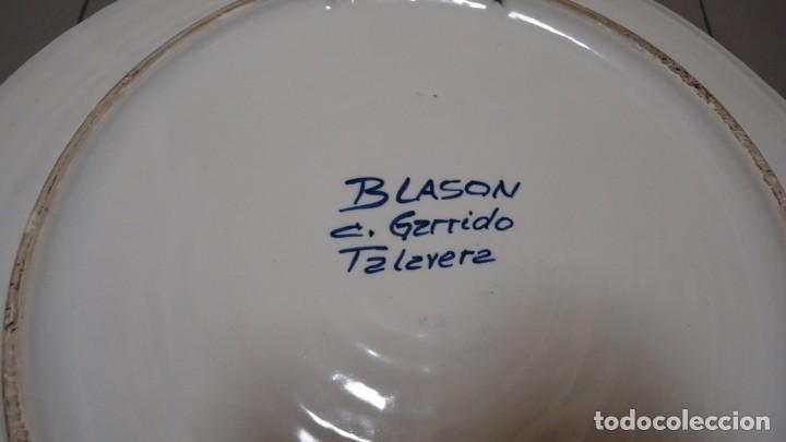 Antigüedades: GRAN PLATO DE CERMICA --LLOBET -FONTCUBERTA --BLASON C.GARRIDO --TALAVERA - MIDE 38 CENTIMETROS - Foto 6 - 157013478