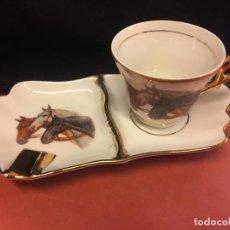 Antiquités: ANTIGUO SET DE TAZA DE CAFÉ Y PLATO - CENICERO, EN PORCELANA Y CON MOTIVOS HIPICOS. Lote 157087002