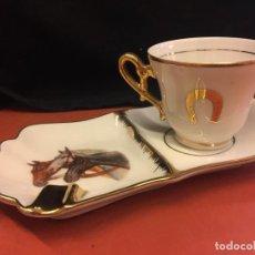 Antigüedades: ANTIGUO SET DE TAZA DE CAFÉ Y PLATO - CENICERO, EN PORCELANA Y CON MOTIVOS HIPICOS. Lote 157088070