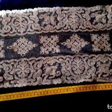 Antiguo paño de encaje mecánico bordado sobre tul de algodón color crudo 60 x 26 cm