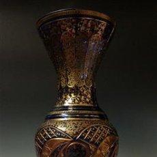 Antigüedades: PRECIOSO JARRÓN DE CRISTAL TALLADO AZUL DE BOHEMIA CON DECORACIÓN ORIENTAL DE ARABESCOS DORADOS. Lote 157268022
