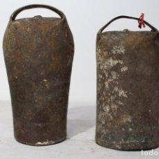 Antigüedades: PAREJA DE CENCERROS CON BADAJO DE 20 Y 22 CM. BUEN ESTADO Y BUEN SONIDO. Lote 157297390