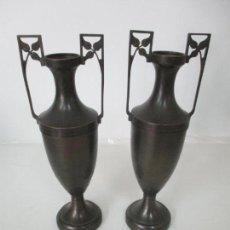 Antigüedades: PAREJA DE JARRONES ÁNFORA, ART DECO - JARRÓN, FLORERO - LATÓN - 35 CM ALTURA - AÑOS 20. Lote 157312878