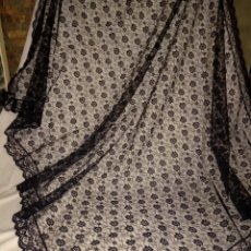 Antigüedades: MANTILLA RECTANGULAR NEGRA CON PUNTILLA. Lote 157341440