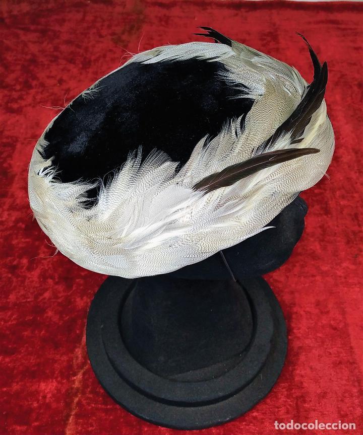 SOMBRERO DE DAMA. PLUMAS. TERCIOPELO NEGRO. J. MARTI MARTI. ESPAÑA. CIRCA 1950 (Antigüedades - Moda - Sombreros Antiguos)