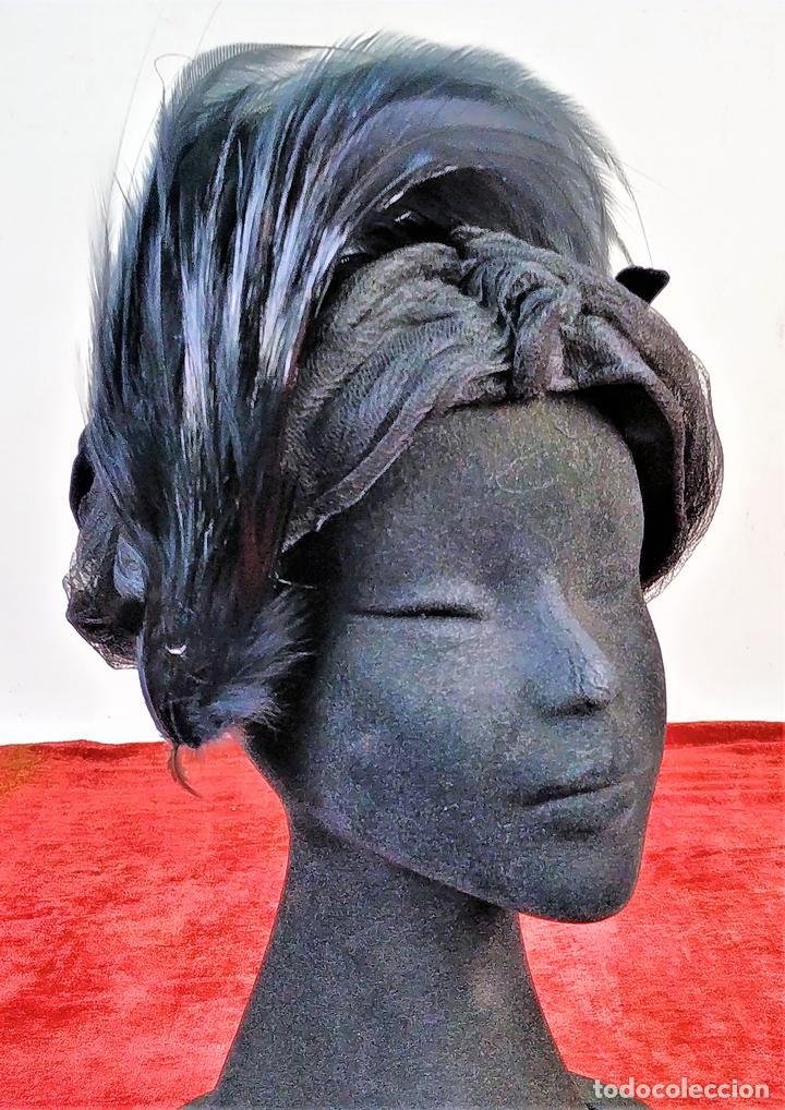 SOMBRERO DE DAMA. PLUMAS. TUL. TERCIOPELO. J. MARTI MARTI. BARCELONA. ESPAÑA. CIRCA1950 (Antigüedades - Moda - Sombreros Antiguos)