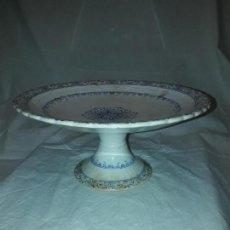 Antigüedades: PRECIOSO ANTIGUO CENTRO DE MESA CERÁMICA CHINA OPACA MEDALLA ORO PICKMAN SEVILLA. Lote 157379418