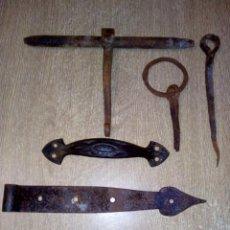 Antigüedades: BISAGRAS, CERROJO Y TIRADOR. Lote 157442738