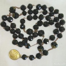 Antigüedades: ROSARIO ANTIGUO DEL SIGLO XIX EN ONIX NEGRO TALLADO Y DORADOS. Lote 157710958