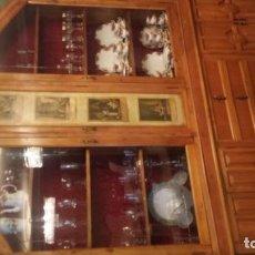 Antigüedades: APARADOR CON VITRINA. Lote 157811586