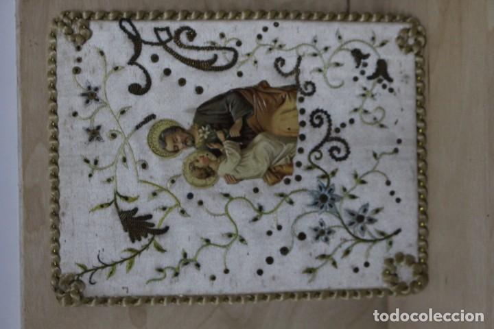 Antigüedades: Pareja de escapularios del siglo XIX. seda y bordados en hilo de oro , imágenes con troquelado - Foto 2 - 157813130