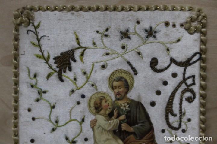 Antigüedades: Pareja de escapularios del siglo XIX. seda y bordados en hilo de oro , imágenes con troquelado - Foto 3 - 157813130