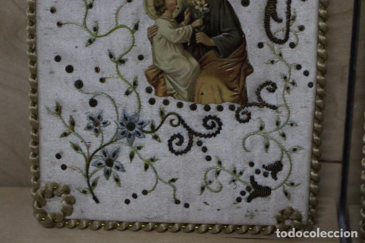 Antigüedades: Pareja de escapularios del siglo XIX. seda y bordados en hilo de oro , imágenes con troquelado - Foto 4 - 157813130